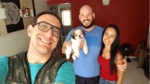Lucas, Rodrigo e Karine, donos da cachorrinha Meg. Crédito: Lucas Duty/Divulgacao. Zoopsicologia.