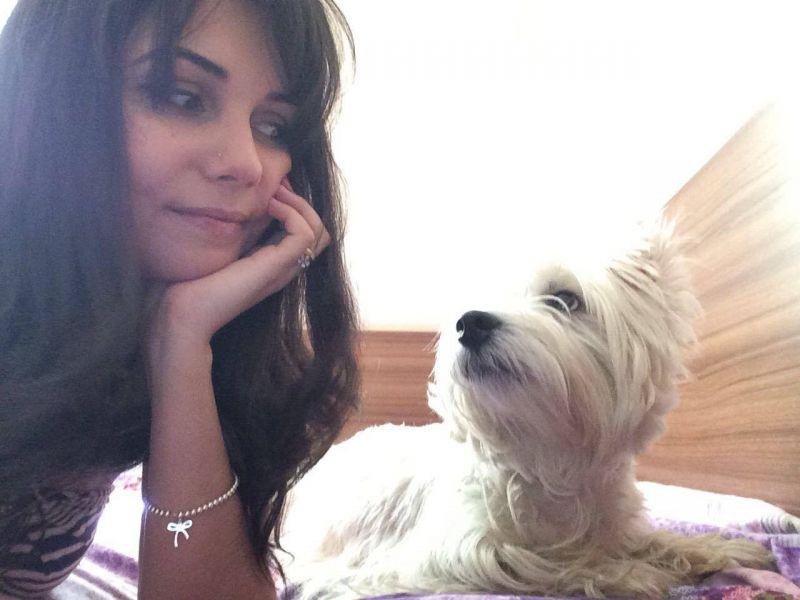 imagem mostar dona com sua cadelinha.