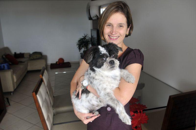 Foto: Minervino Junior/@cbfotografia. June Medeiros, passou a usar alimentação natural para sua cadela Bebel.