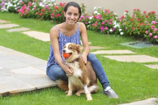 Peludos: foto mostra Renata Bernabé tosa pelos do seu cachorro Mel para diminuir o calor.
