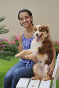 foto de uma moça com seu cão que ilustra matéris sobre peludos.ludo