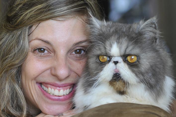Doenças genéticas: foto mostraMaira Aldalho e seu gato Luck que sofre de rins policisticos