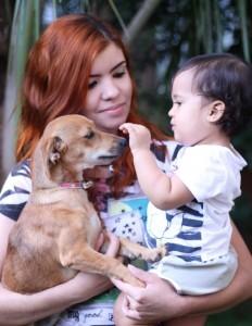 Imagem mostra mãe e filha com a cadelinha adotada.Adotar um animal