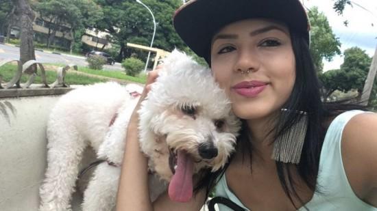 Pet saúde: Imagem mostra Marcela Sardou e seu cachorro Fred.