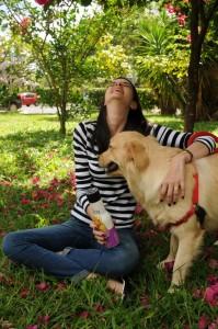 Imagem mostra Banho pet em casa. Debora Rosa e sua cadela Berenice.