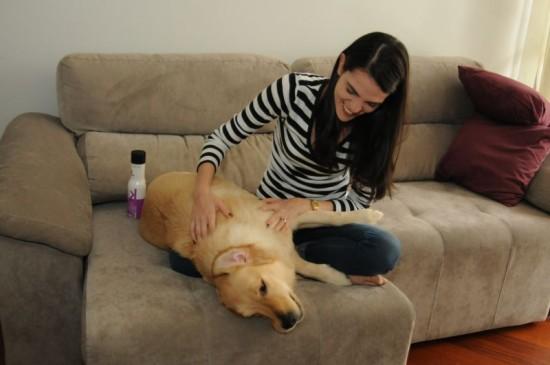 foto: Barbara Cabral/@cbfotografiaBanho pet em casa. Debora Rosa e sua cadela Berenice.
