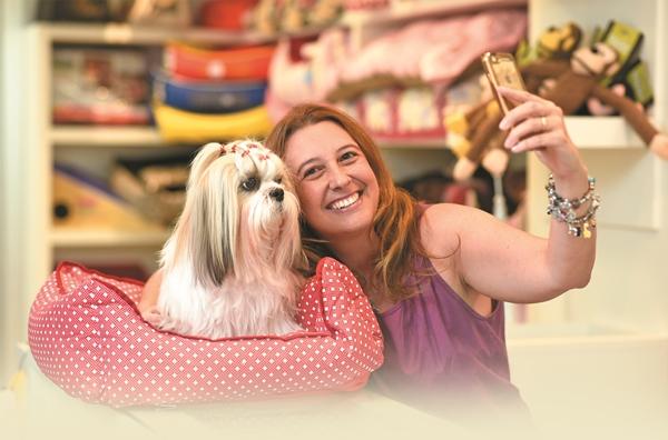 Crédito: Raimundo Sampaio/Esp. Encontro/D.A Press. Danielle Wolff e sua cachorra Brisa.