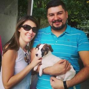 Ana Paula, Bruno e Maya: o casal se apaixonou à primeira vista pela cadelinha Crédito: arquivo pessoal