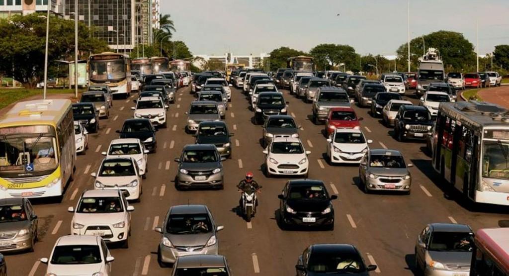 O excesso de carros faz do trânsito de Brasília um caos