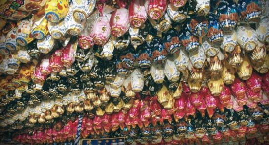 Impossível não notar ovos de Páscoa em ameaçadores displays nos mercados da cidade