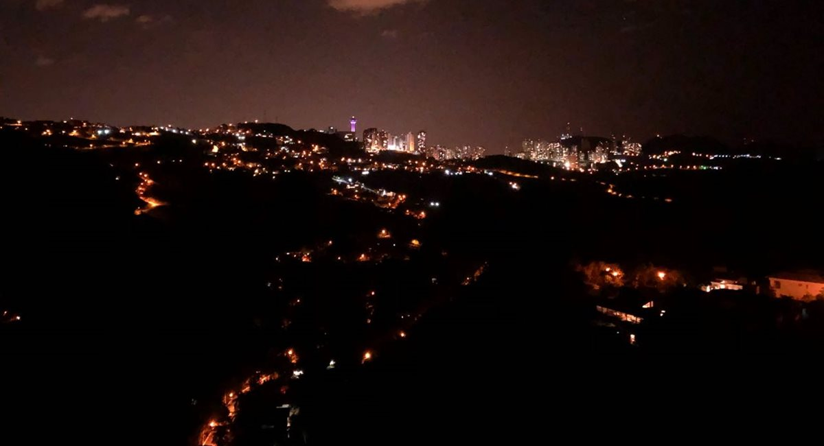 Vista noturna da casa de Ronaldo Fraga: hospitalidade nota dez