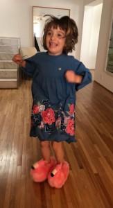 Valentina feliz da vida com as pantufas novas