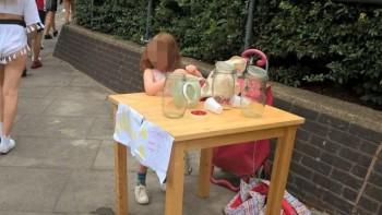 Criança que vendia limonada na rua é multada em R$ 600 por não ter licença