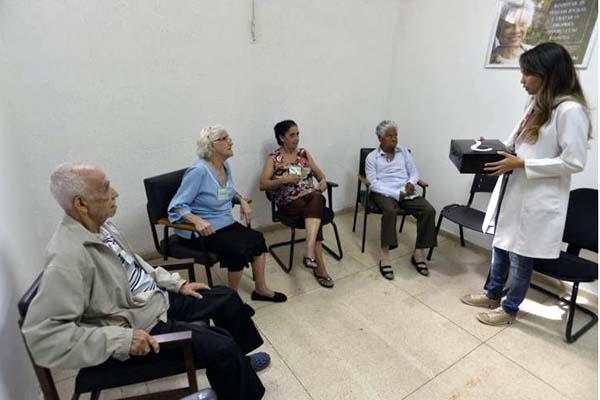 Foto: Breno Fortes/CB/D.A Press. Atendimento aos idosos do Distrito Federal. Na foto terapia ocupacional para pacientes idosos com demência na Policlínica de Taguatinga e na direita a terapêuta ocupacional Thiara Café.