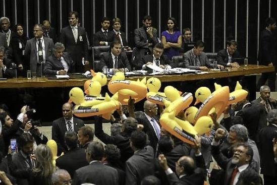Oposicionistas levaram patos de borracha ao plenário para protestar. Imagem:  Fabio Rodrigues/Agência Brasília
