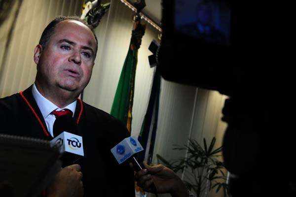 Procurador-geral no TCU, Paulo Soares Bugarin assina acórdão com a decisão sobre aumento do Judiciário. Foto: Bruno Peres/CB/D.A Press