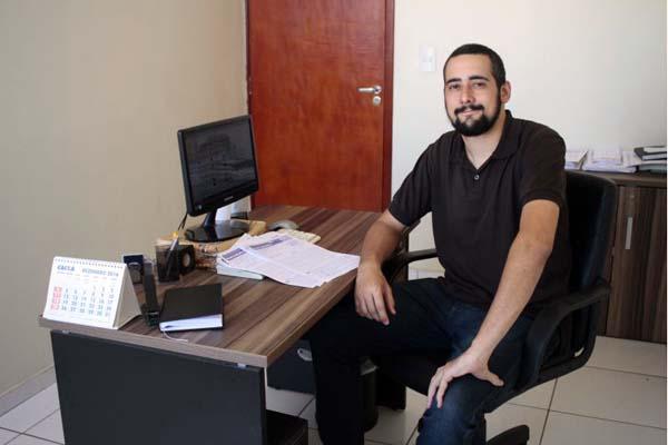 Alisson Amorim, coordenador pedagógico de uma escola de idiomas, foi repreendido pelo chefe por ter relacionamento muito informal com os subordinados e precisou mudar