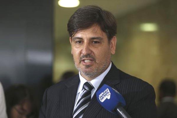 O diretor-geral da PF, Fernando Segóvia, anuncia adicional para servidores (Foto: Valter Campanato/Agência Brasil)