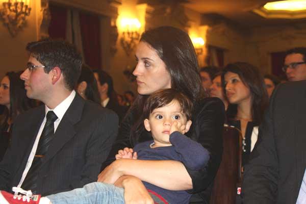 Maria Fernanda, no dia da posse no cargo de promotora, com o filho Felipe, no colo (Foto: Arquivo pessoal)