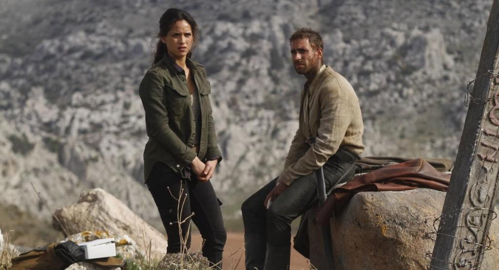 """Adria Arjona e Oliver Jackson-Cohen como Dorothy e """"Espantalho Lucas"""""""