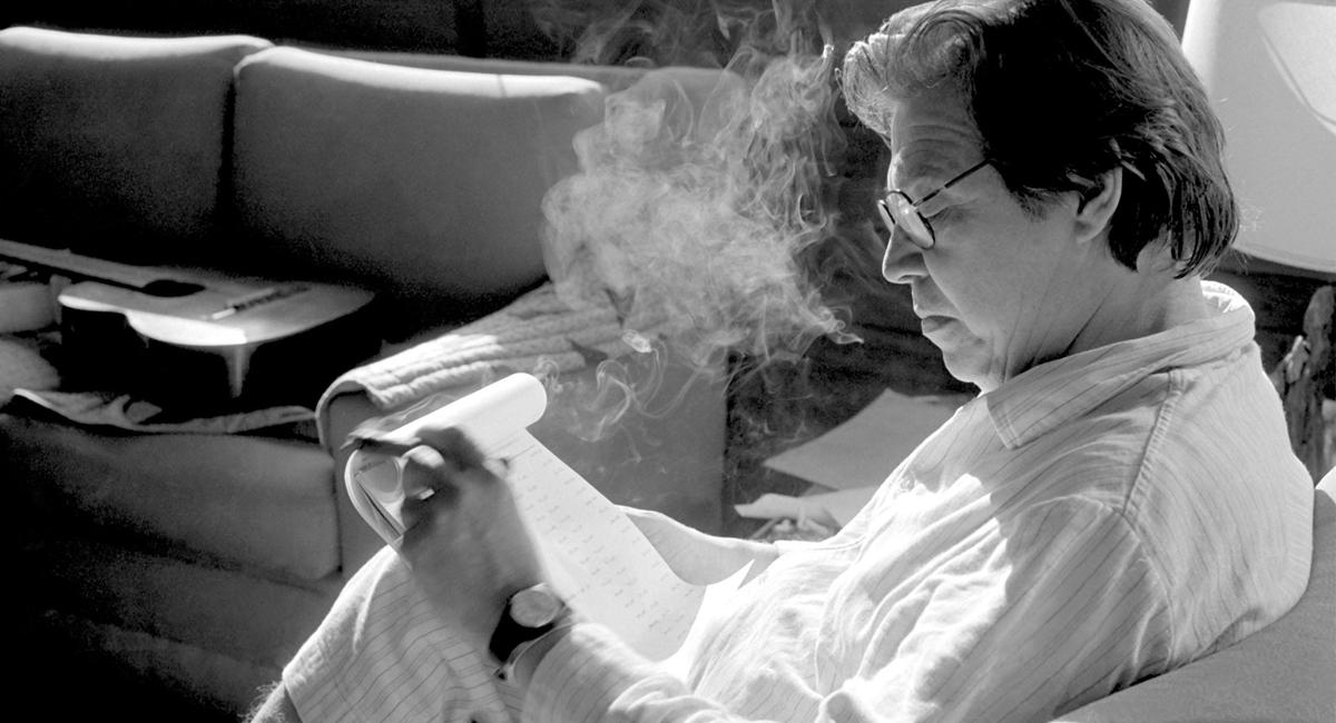.  - . Pauta: Cantor e compositor Tom Jobim. Credito: Ana Jobim/Divulgacao. Cantor e compositor Tom Jobim sentado com caderno na mao.