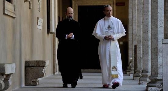 Javier Cámara e Jude Law em cena do seriado The young pope.