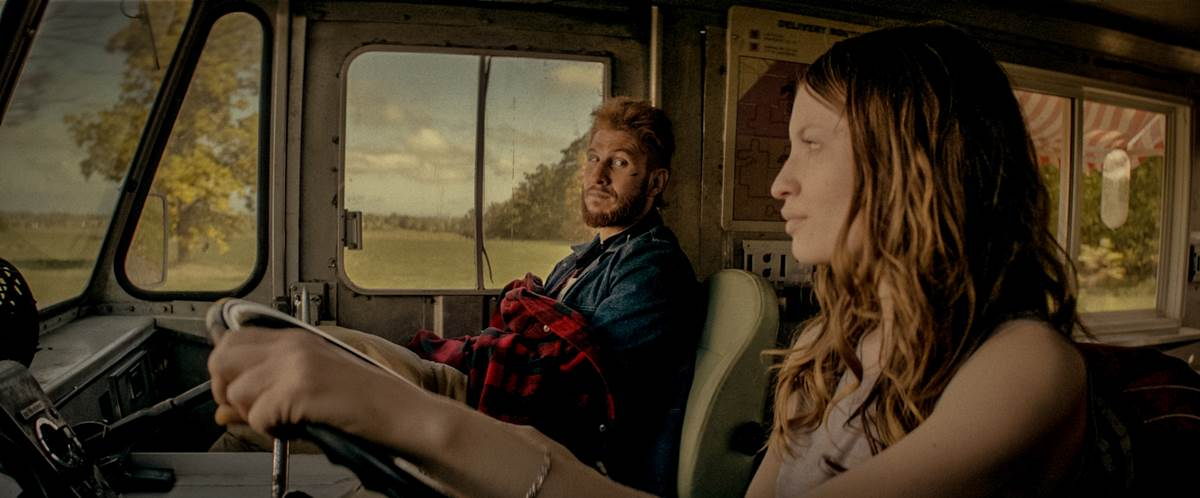 Laura Moon (Emily Browning) e Mad Sweeney (Pablo Schreiber) em American gods