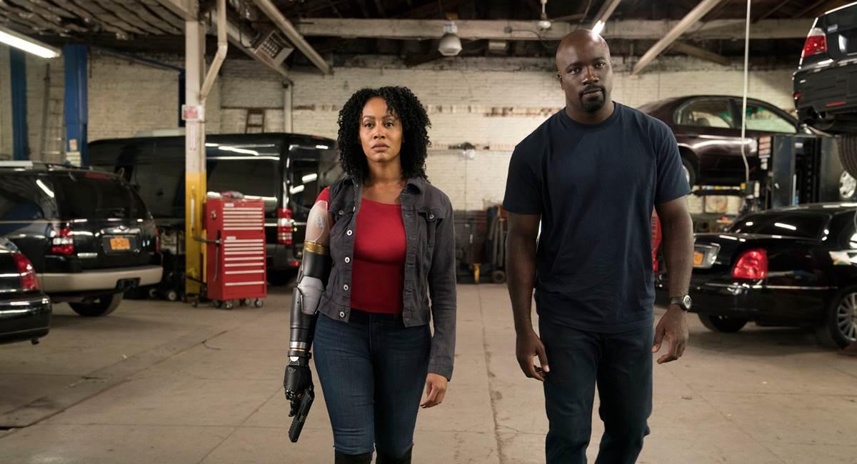 Crédito: Entertainment Weekly/Reprodução. Misty com o braço biônico na imagem promocional da segunda temporada de Luke Cage