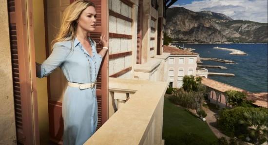 Julia Stiles como Georgina em Riviera