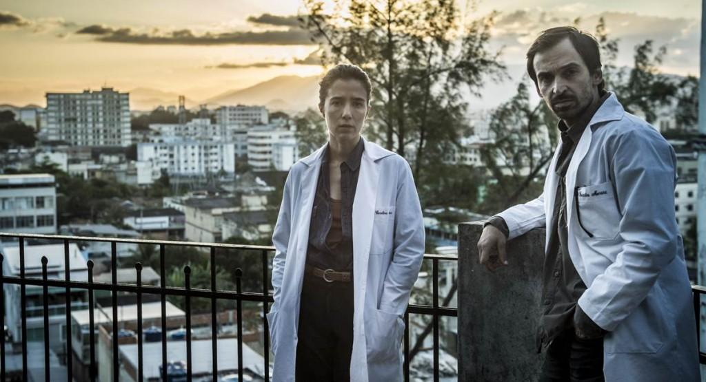 Julio Andrade e Marjorie Estiano no seriado Sob pressão
