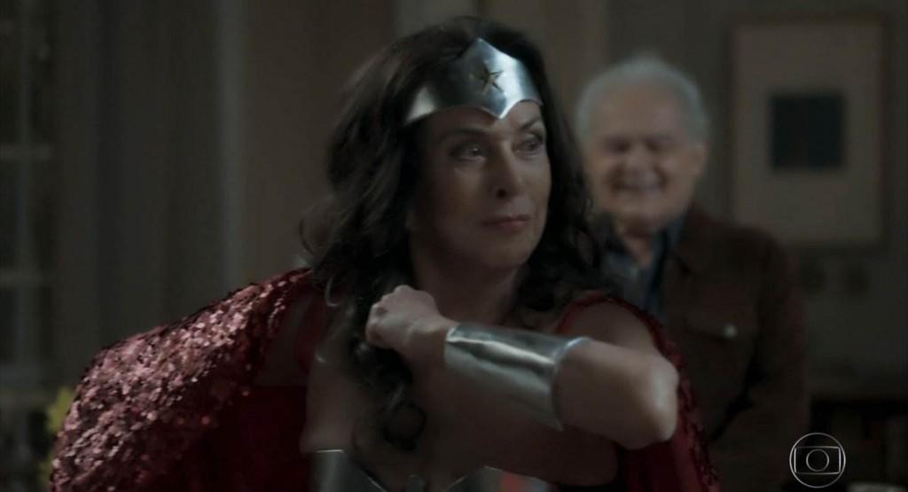 Betty Faria se veste de Mulher Maravilha como Elvirinha em A força do querer