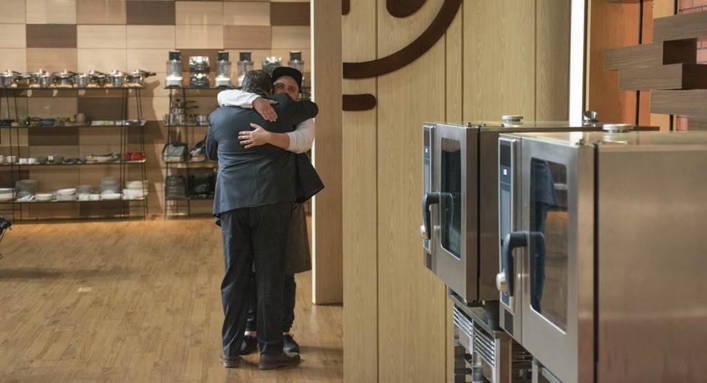 Ravi e Jacquin abraçados no MasterChef