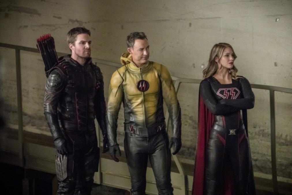 Os vilões do episódio são Oliver, Flash Reverso e Kara da Terra-53