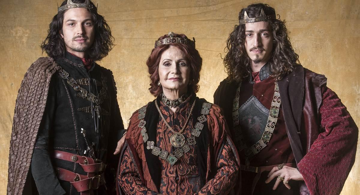 Afonso (Rômulo Estrela), Rodolfo (Johnny Massaro) e Crisélia (Rosamaria Murtinho). Crédito: TV Globo/Divulgação