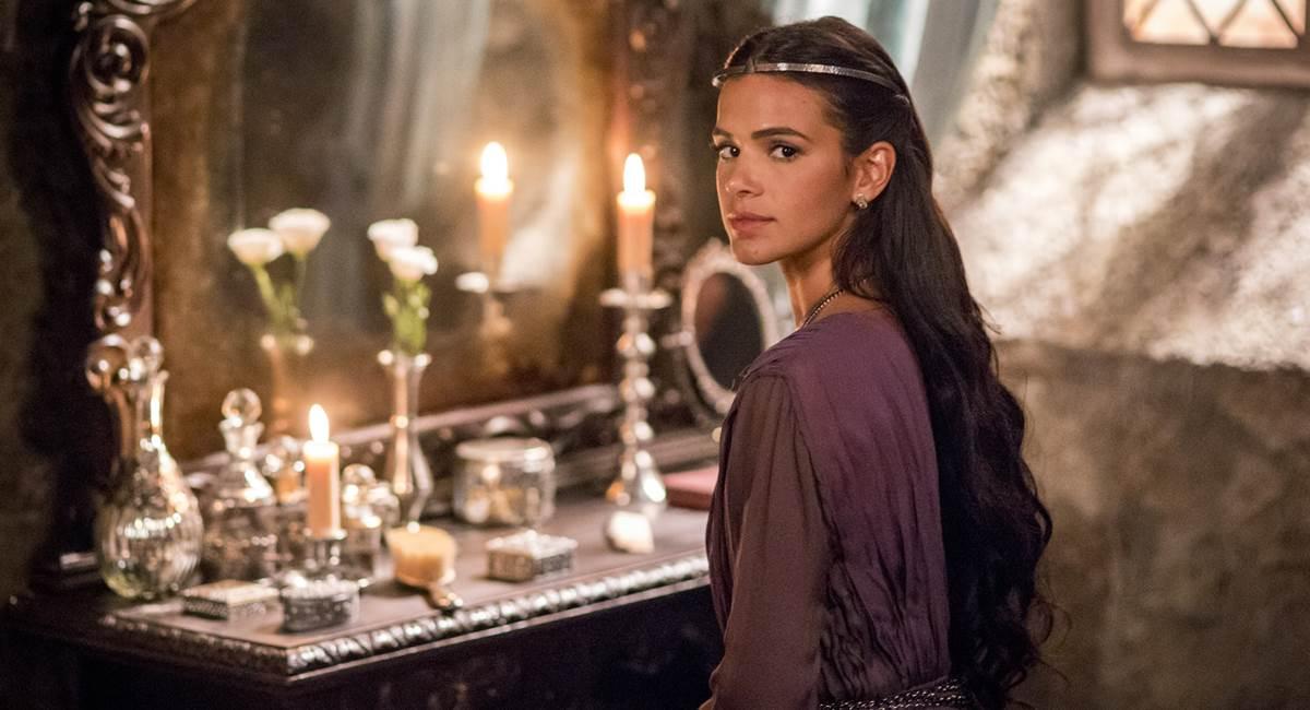 Atriz Bruna Marquezine como Catarina na novela Deus salve o rei.