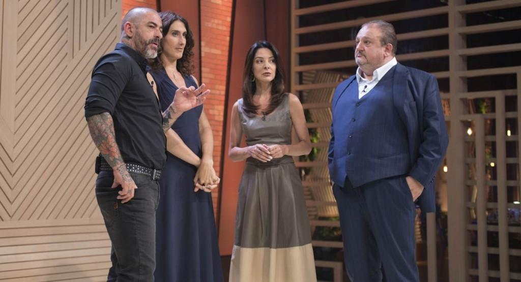 Jurados e Ana Paula Padrão confabulam sobre o resultado.