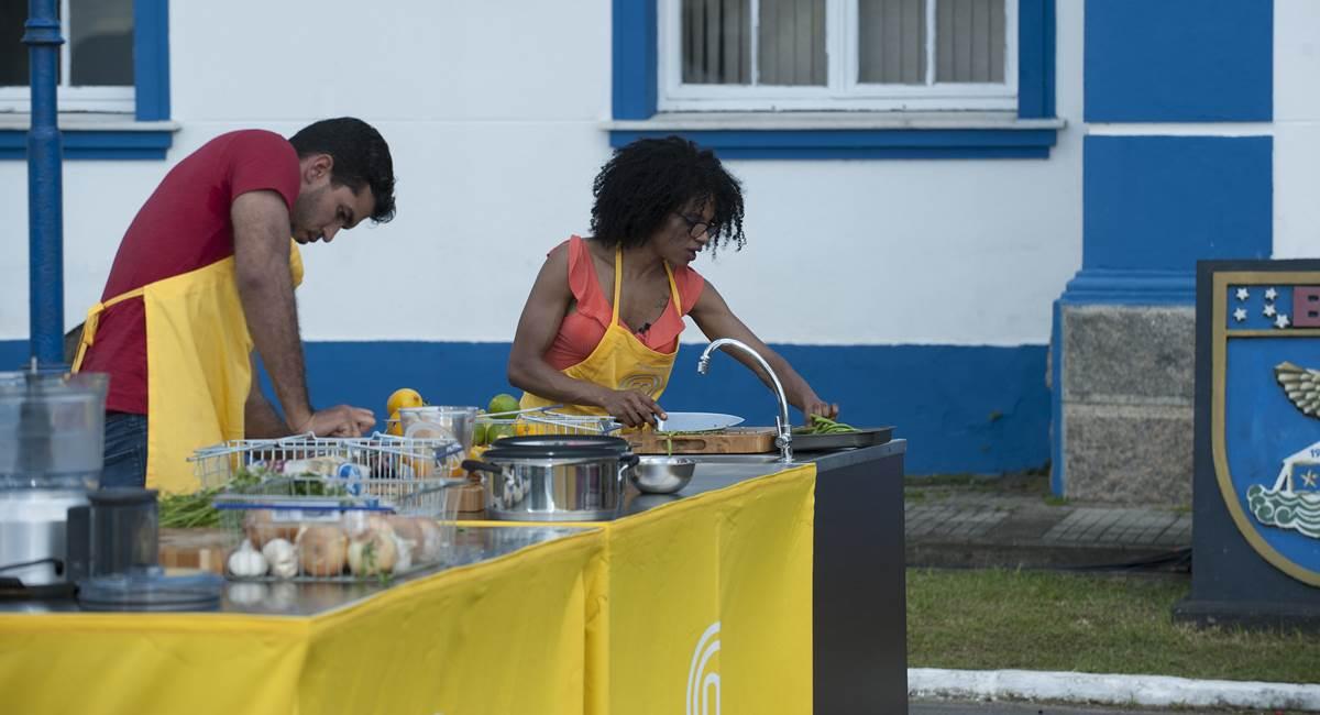 Vinícius cozinhou pelo time amarelo na primeira prova em equipes desta edição do MasterChef