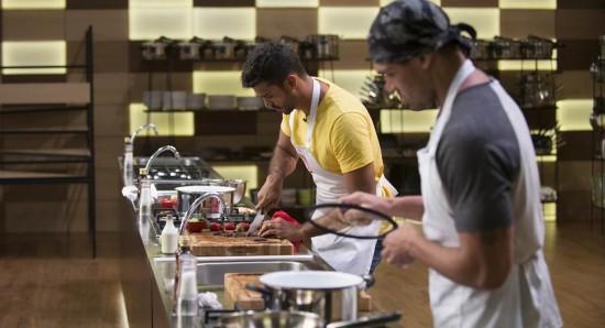 Vinícius e Thiago se esmeram em fazer bons pratos afrodisíacos no MasterChef