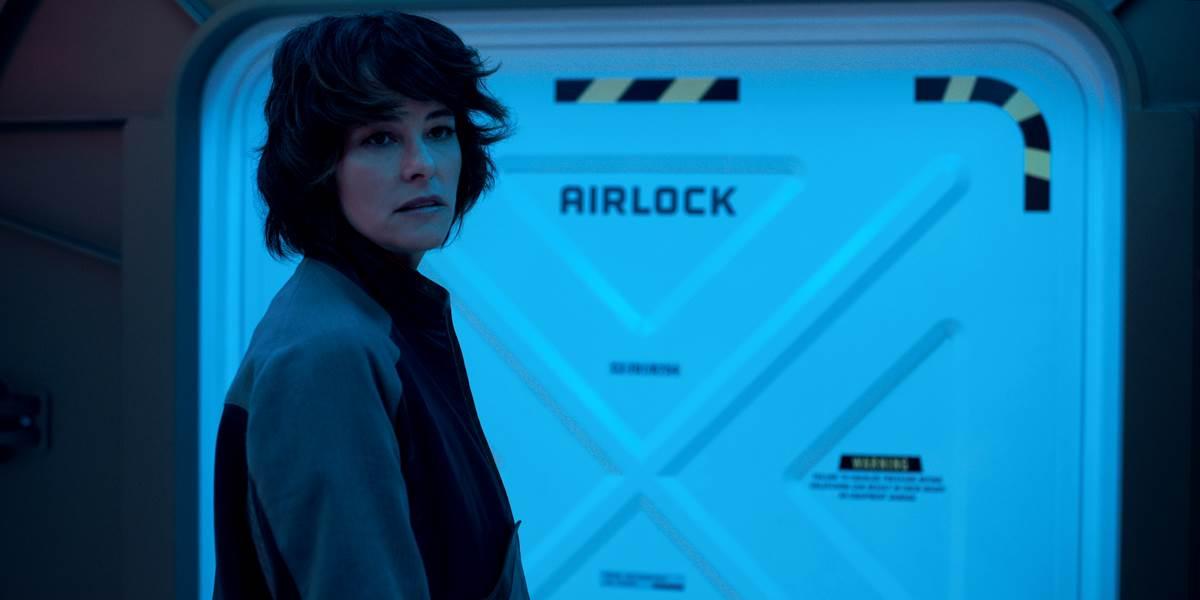 A vilã do remake é a Dra. Smith. Crédito: Netflix/Divulgação