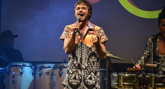 Emilio Dantas gravou a inédita Axé Pelô para a trilha sonora de Segundo sol
