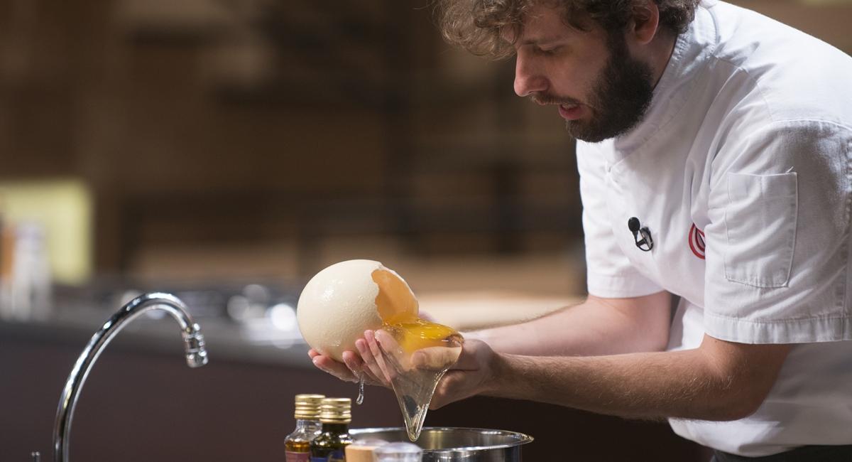Paulo tenta separar a clara e a gema de um ovo de avestruz. Será que deu certo?
