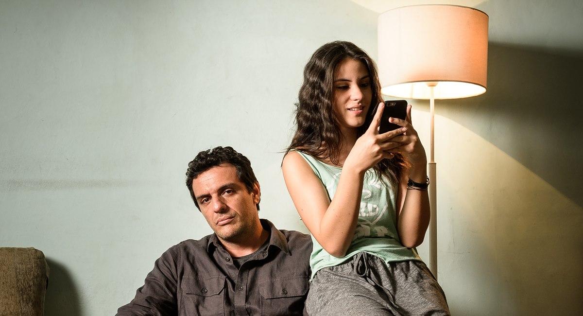 Giovanna Rispoli ao lado de Rodrigo Santoro, pai dela em 'Carcereiros'