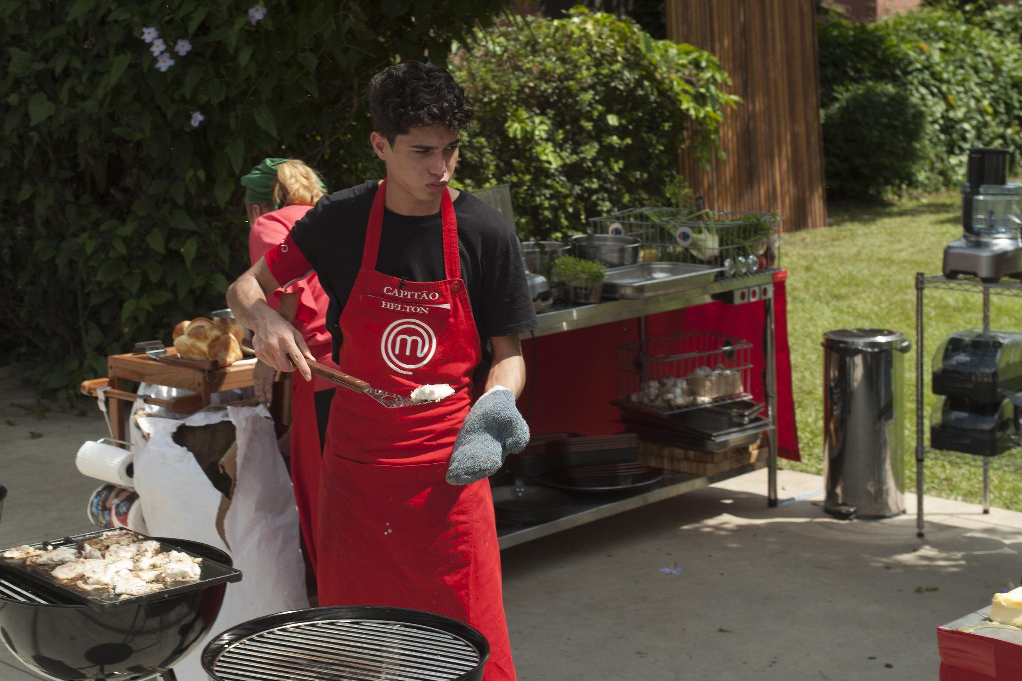 Helton cozinha em prova do MasterChef