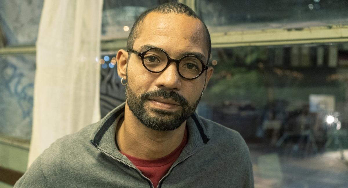 Silvio Guindane vive o professor Marco André na série Segunda chamada