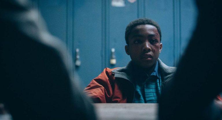 Cena da série Olhos que condenam na qual um jovem negro é interrogado pela polícia