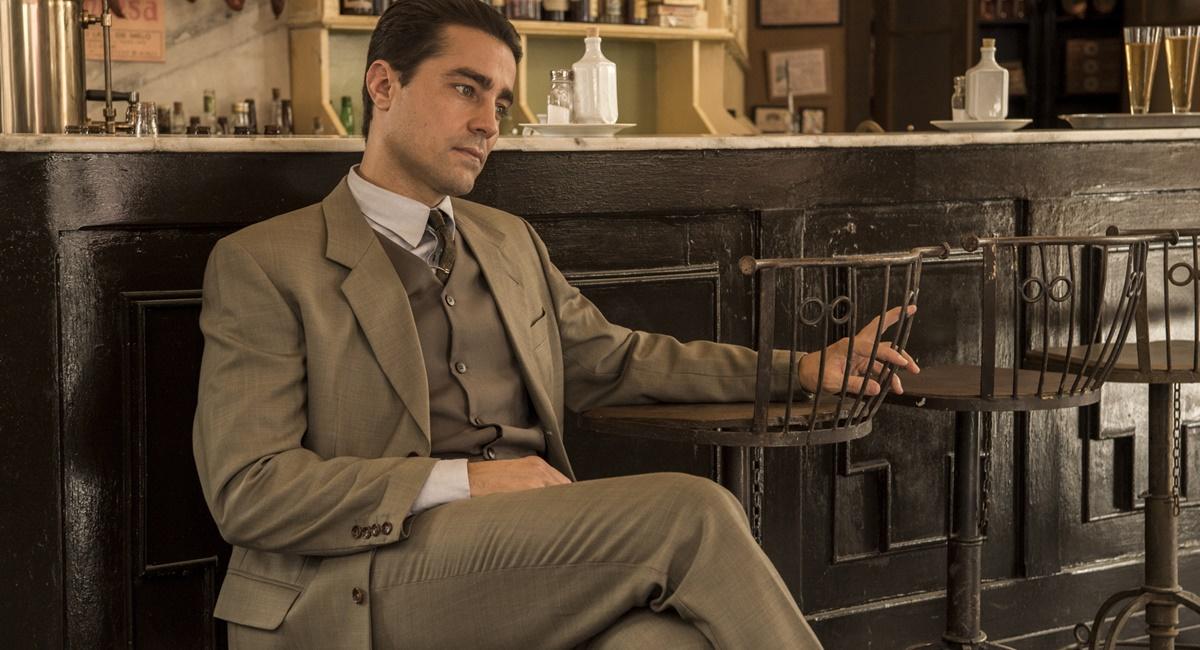Ricardo Pereira como Almeida na novela Éramos seis