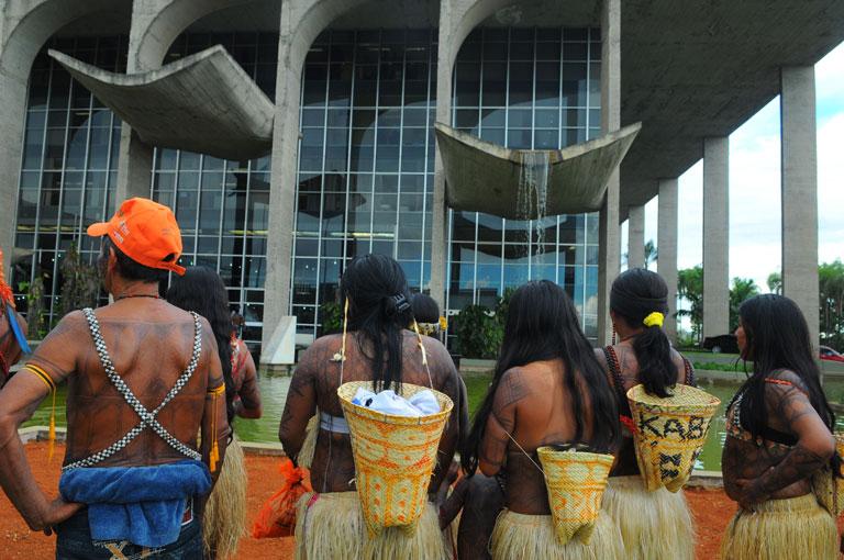 Índios da etnia Munduruku durante protesto em frente ao Palácio da Justiça, na Esplanada dos Ministérios.