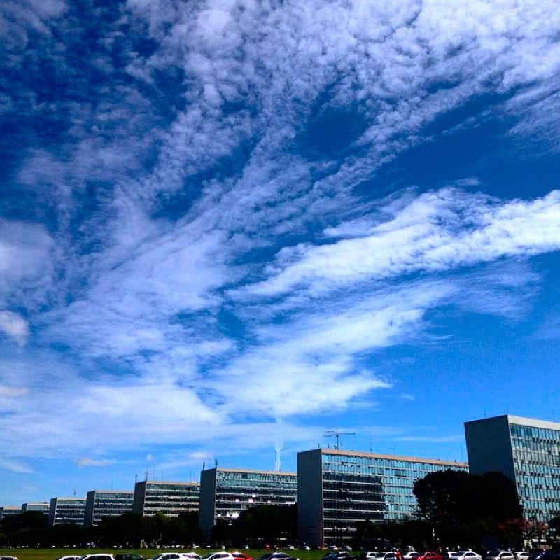 Céu azulado com nuvens brancas sobre a Esplanada dos Ministérios.