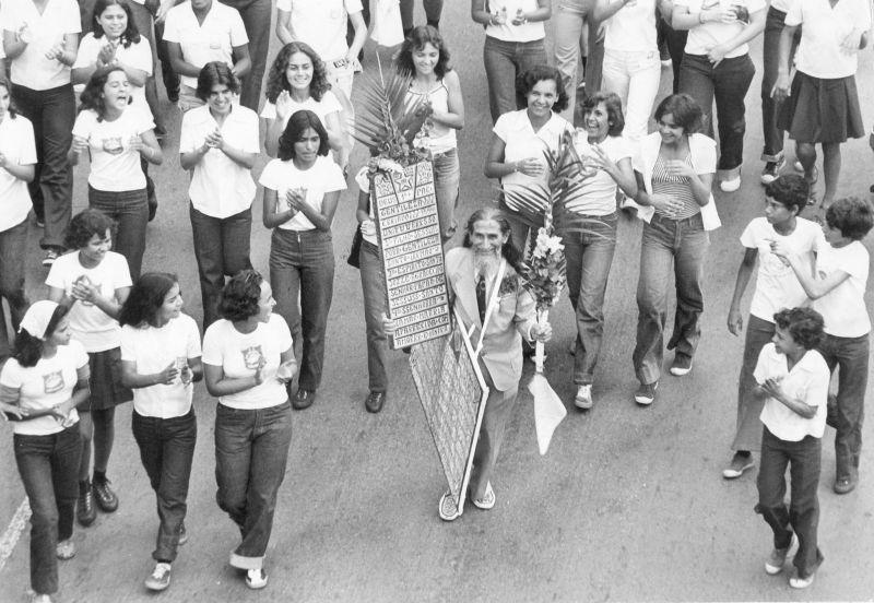 21/04/1978. Crédito : Tadashi Nakagomi/CB/D.A Press. Brasil. Brasília - DF. O profeta Gentileza (c, carregando placas) participa de passeata cívica, ao lado de jovens.