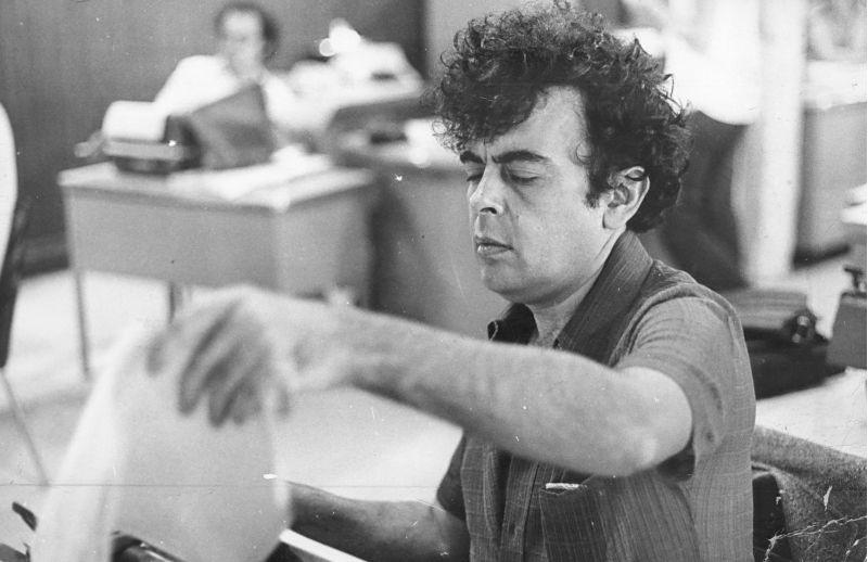 Crédito: Arquivo CB/D.A Press. Brasil. Brasília - DF. Jornalista e cineasta Glauber Rocha na antiga redação do Correio Braziliense.